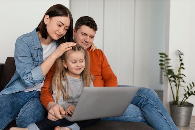 Appel vidéo familial à plan moyen