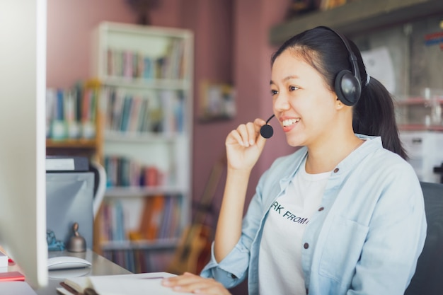 Appel vidéo femme asiatique jeune entreprise depuis le bureau à domicile.