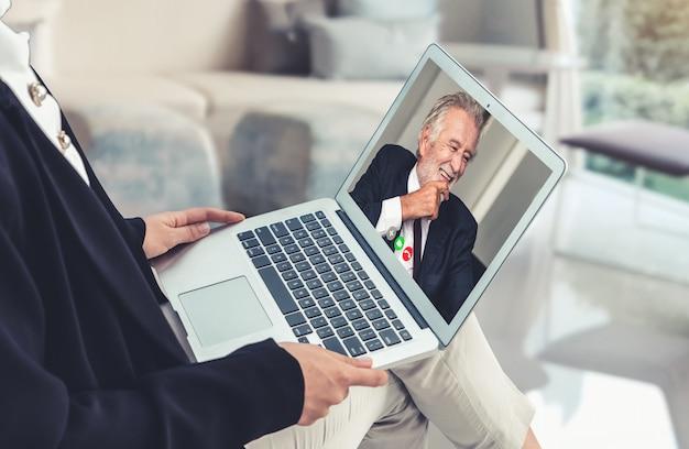 Appel vidéo des gens d'affaires réunis sur un lieu de travail virtuel ou un bureau distant