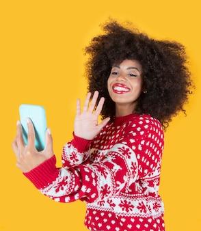 Appel vidéo de jolie femme par smartphone à noël