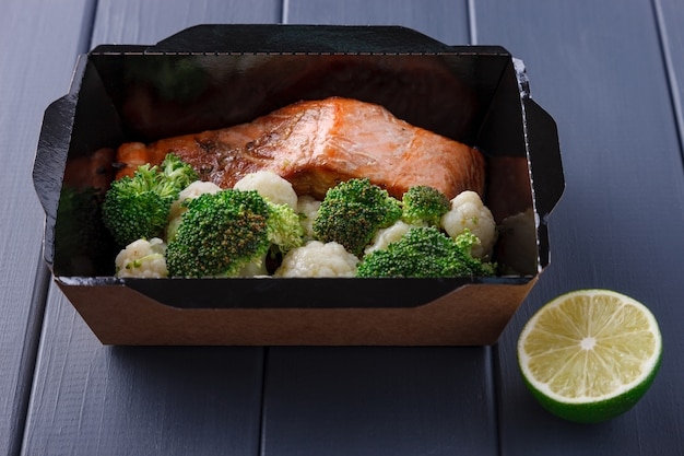 Appétissant nourriture dans des boîtes pour les fêtes d'entreprise