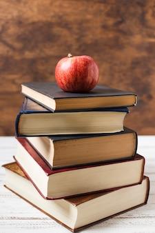 Apple au sommet d'une pile de livres vue de face