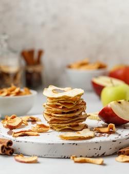 Apple frips pommes séchées sur fond blanc