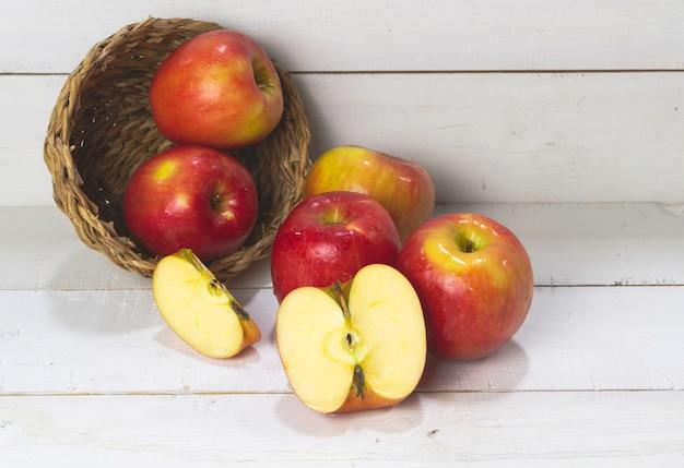 Apple mis sur planche de bois, lumière floue autour