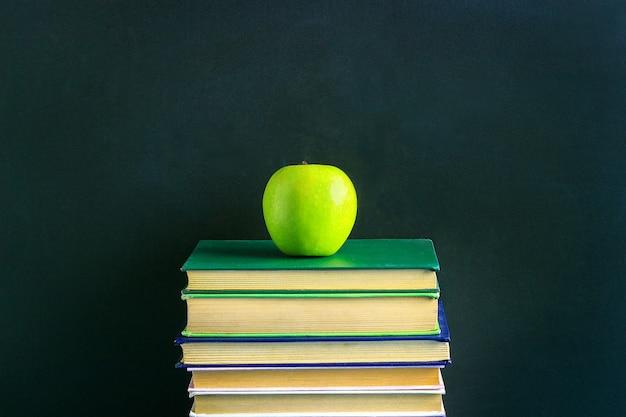 Apple sur la pile de livres