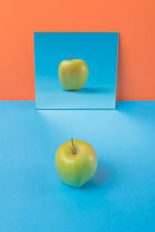Apple sur table bleue isolé sur orange