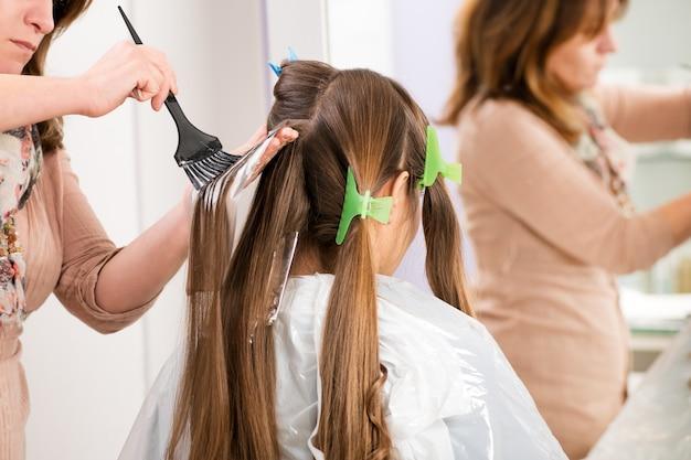 Application d'une couleur de cheveux shatush en cours