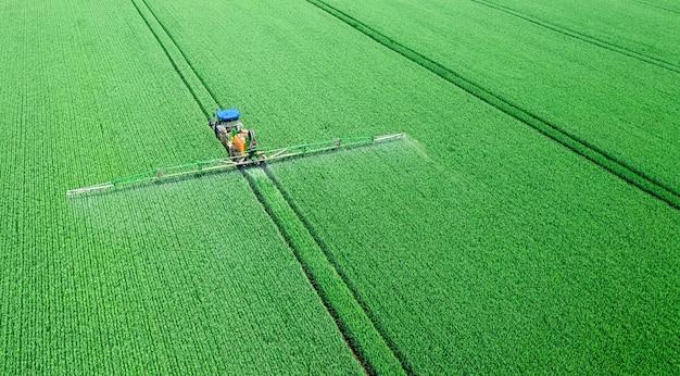 Application d'engrais solubles dans l'eau, de pesticides ou d'herbicides sur le terrain. vue depuis le drone.