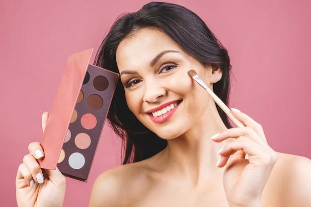 Application de fard à paupières, maquillage pour les yeux gros plan. visage de modèle féminin avec maquillage de mode, concept de beauté.