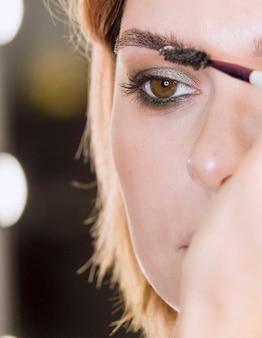 Application de gel à sourcils sur femme