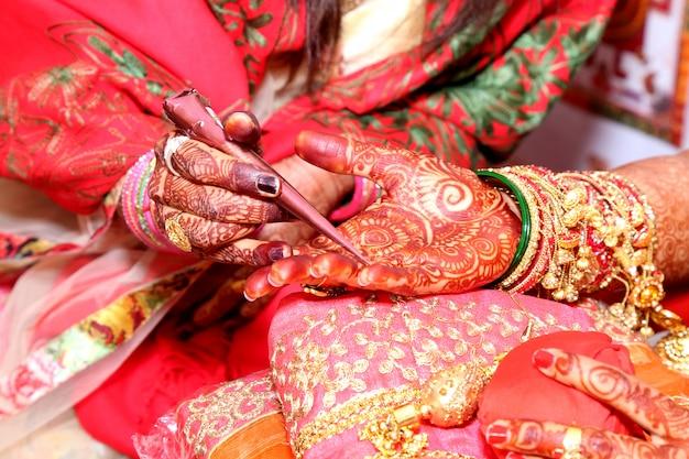 Application de henné comme décoration de la peau dans le mariage indien, mariage à la cérémonie indienne