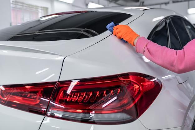 Application manuelle de la protection céramique sur la carrosserie de la voiture