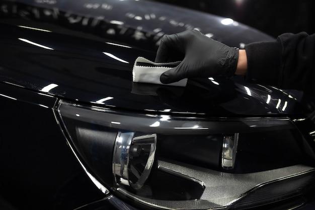 Application de nanocéramiques aux voitures. concept de protection de peinture de voiture
