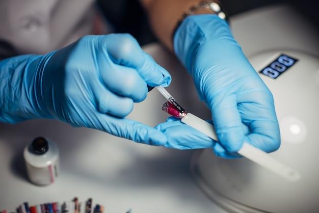 Application de vernis gel sur les ongles artificiels