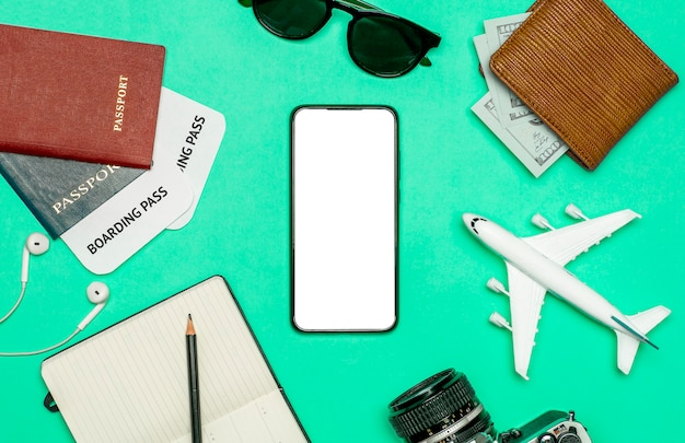 Applications de voyage pour concept de smartphone. smartphone avec écran blanc sur fond de voyage en couleur. applications de voyage et de tourisme