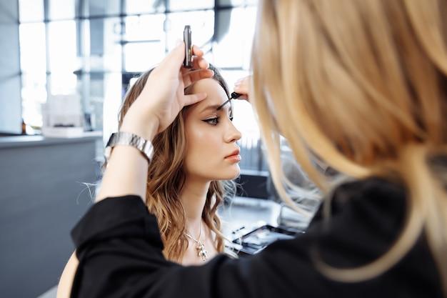 Appliquer du maquillage sur les sourcils dans un salon de beauté photo de haute qualité
