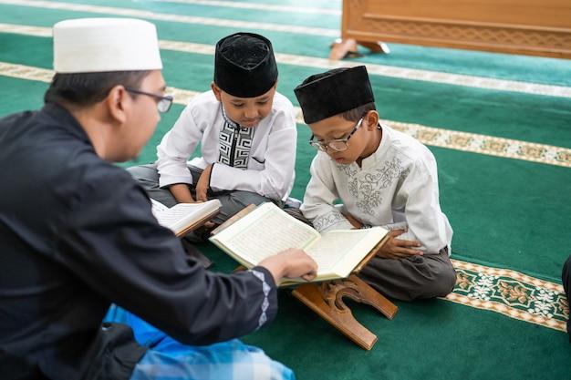 Apprendre aux enfants musulmans à lire le coran