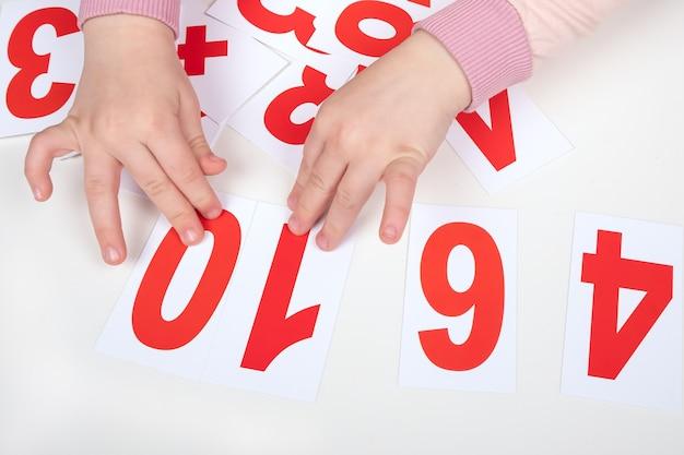 Apprendre à compter les enfants autistes, les mains de bébé et les nombres.