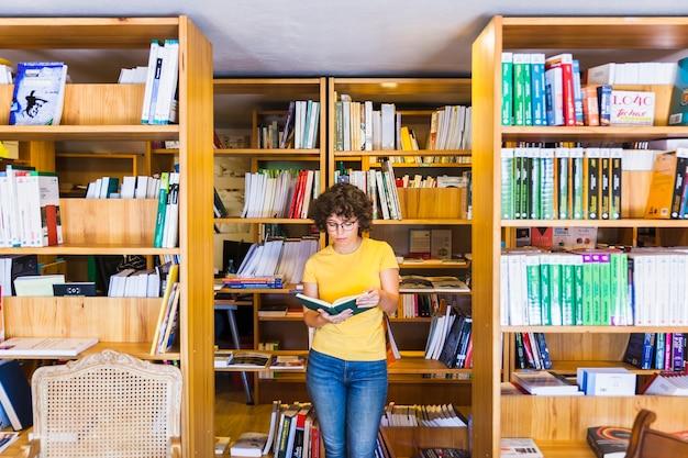 Apprendre la femme debout entre les bibliothèques