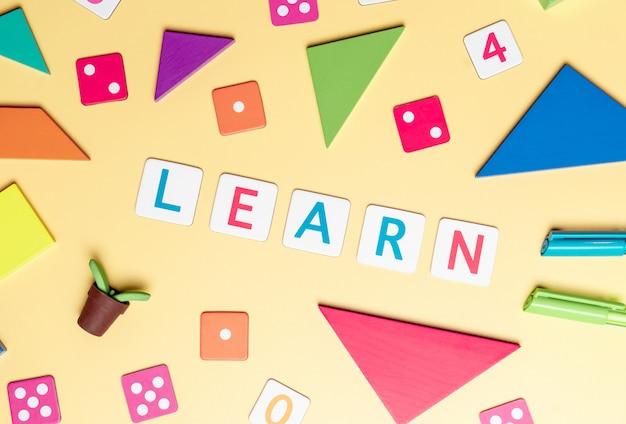 Apprendre avec des jouets colorés et des objets pour le concept d'éducation de l'enfant sur fond jaune