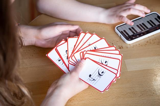 Apprenez la théorie musicale, le solfège et les partitions avec l'application piano sur votre téléphone et des flashcards pédagogiques