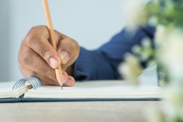 Apprentissage des adultes pour les études universitaires des étudiants en classe, conférence de notes à la main dans un cahier pour examen. l'éducation des adultes consiste à engager des activités d'auto-apprentissage systématiques et soutenues dans le domaine des connaissances