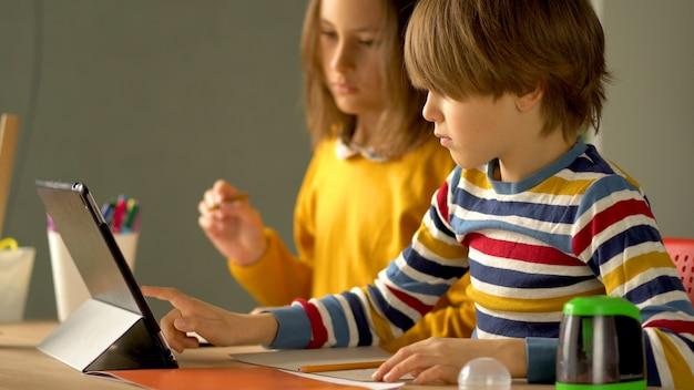 L'apprentissage à distance d'un écolier à la maison.