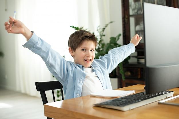 Apprentissage à distance pendant l'isolement pendant la mise en quarantaine iboy et ordinateur portable à la maison. mode de vie. jeu accro. jeux en ligne. émotions