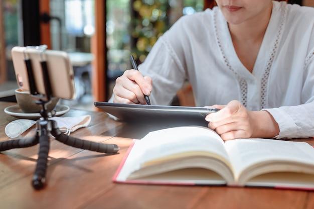 Apprentissage et éducation en ligne des étudiants asiatiques à la maison. distanciation sociale et nouveau mode de vie normal