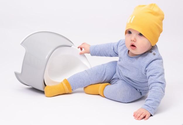 L'apprentissage de la propreté bébé adorable sur fond blanc