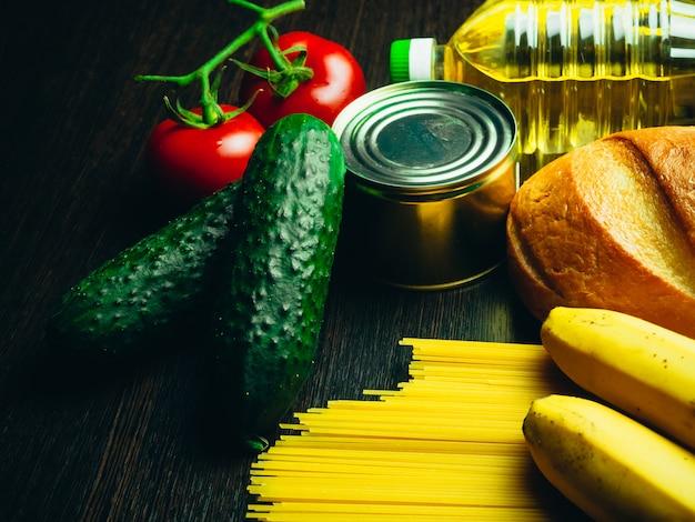 Approvisionnement alimentaire en crise. vermicelles, pâtes, conserves, bananes, beurre, pain.