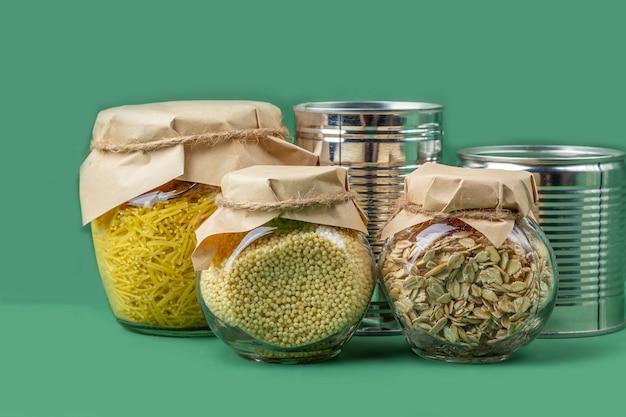 Approvisionnement alimentaire pendant la quarantaine des coronavirus et l'auto-isolement. livraison de nourriture, don, soutien bénévole.