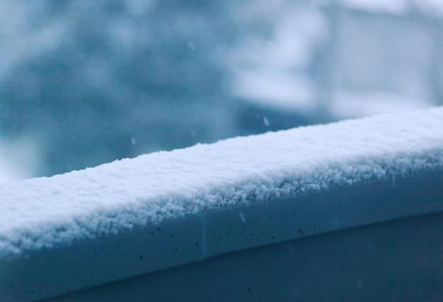 Appui de balcon recouvert de neige molle.