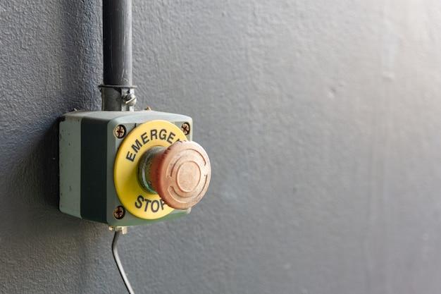 Appuyez sur le bouton d'arrêt d'urgence