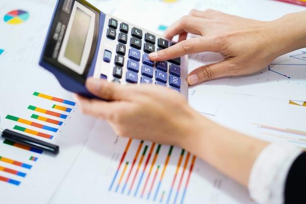 Appuyez sur la calculatrice sur le graphique et le papier graphique au bureau.