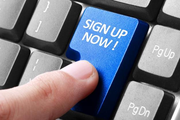 Appuyez sur la main inscrivez-vous maintenant sur le bouton du clavier