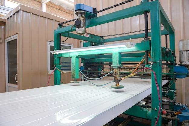 Appuyez sur le panneau des fessiers de la machine. usine de production de panneaux sandwich en polystyrène