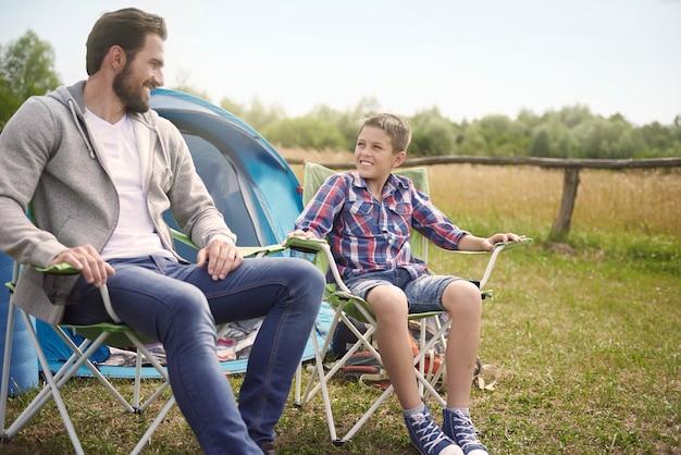 Après avoir monté une tente, nous pouvons nous détendre