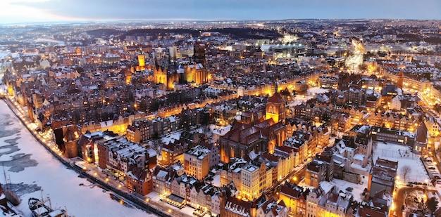 Après le coucher du soleil vue drone d'une ville gdansk pologne