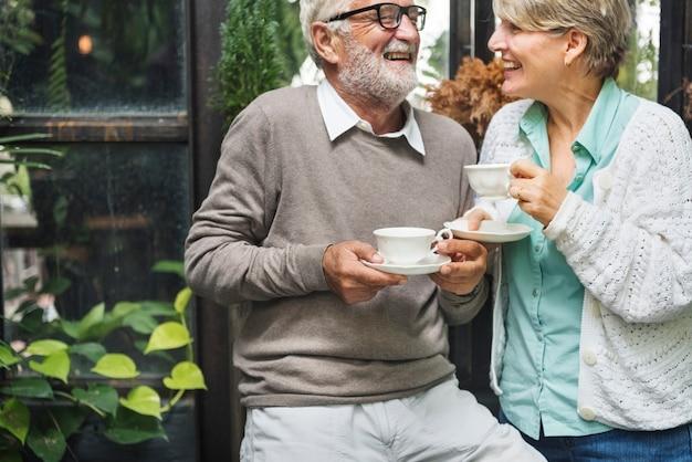 Après-midi thé loisirs occasionnels âgés plus âgés concept