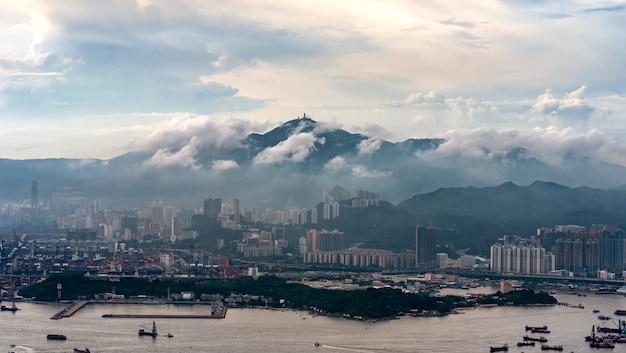 Après la pluie de hong kong et le port.