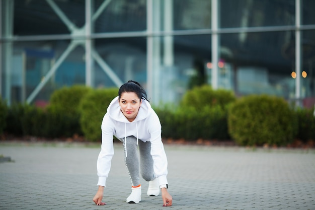 Aptitude. belle jeune femme exerçant dans le parc - sport et mode de vie sain