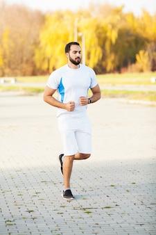 Aptitude. homme stretch faisant des exercices d'étirement. debout en avant, étire les jambes