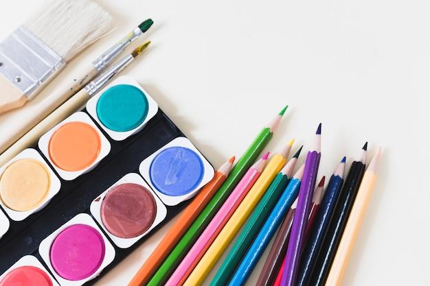 Aquarelle au milieu des crayons et des pinceaux