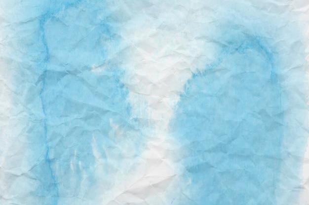 Aquarelle bleue et blanche sur papier froissé