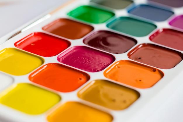 Aquarelle brillante multicolore sur une table se bouchent