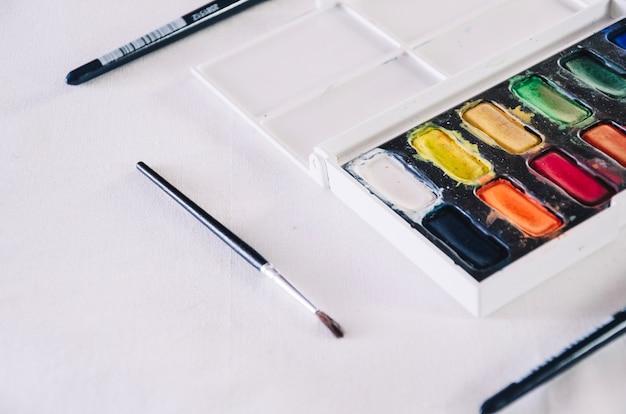 Aquarelle de close-up et pinceaux