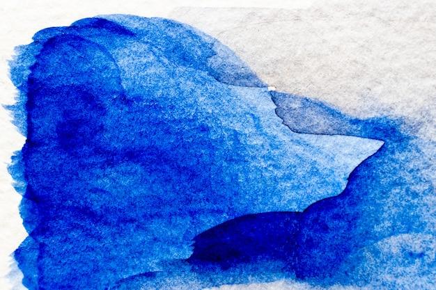 Aquarelle de couleur bleue à la main comme un pinceau ou une bannière sur fond de papier blanc