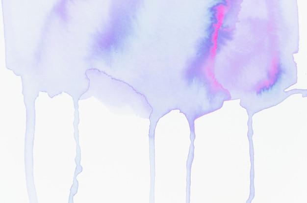 Aquarelle dégoulinant sur fond de papier blanc