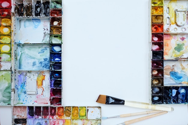 Aquarelle palette et pinceau